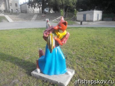 Памятник лисе в детском парке