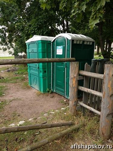 Туалет в Изборске